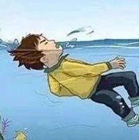 心碎!一高考生海边玩球被海浪卷走