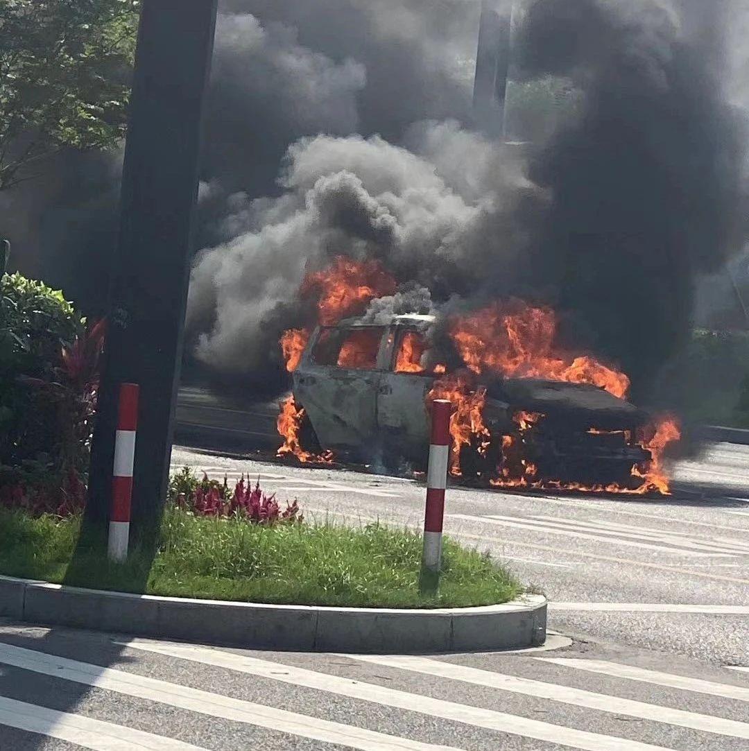恐怖!温州一轿车当街自燃,车身被大火吞噬,场面吓人…