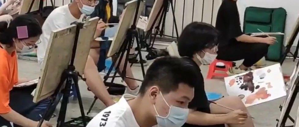 湖北美术学院2020年校考拉开帷幕,考生间隔1米戴口罩作画