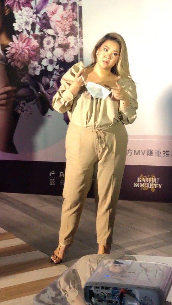 33岁郑欣宜胖出新高度,穿连体衣自信满满……
