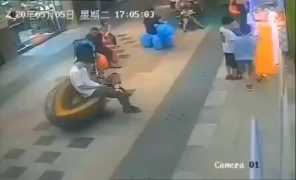 一女子推童车逛商场,一位小男孩不小心碰了她孩子的脚……