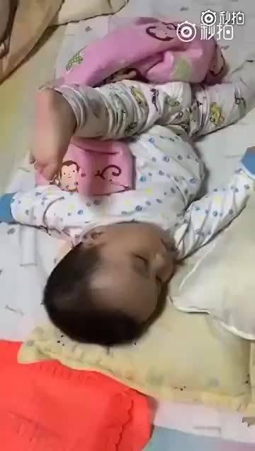 小宝宝高难度睡姿合集,一定要看到最后