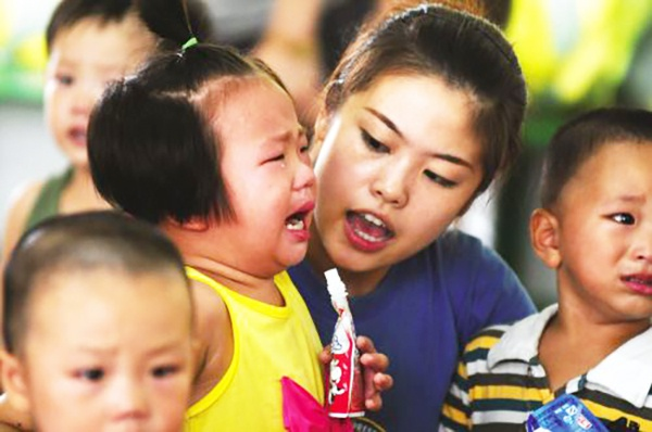 女儿8000元衣服在幼儿园弄脏,妈妈要求全额赔偿,把老师吓哭