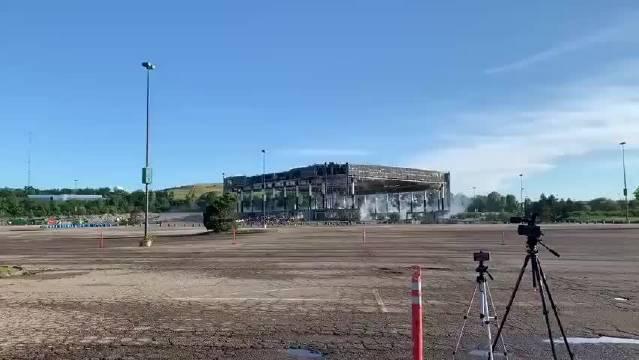 活塞队前主场奥本山宫殿球馆(知名拳击场馆)近日被正式爆破拆除