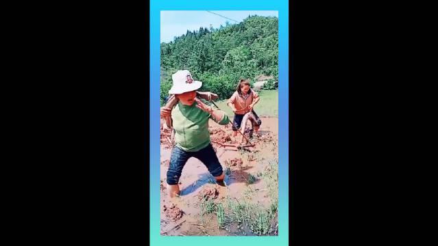大龄剩女回家干农活,被老妈嫌弃,前后为难!