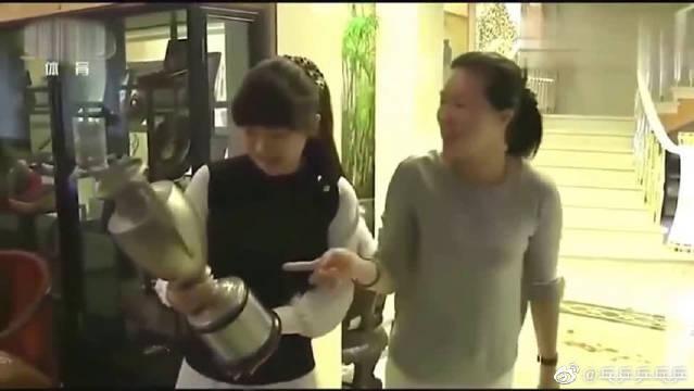 福原爱看到王楠家中的奖杯,这反应太逗了!