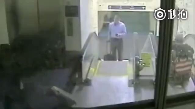 一位坐轮骑的老人误把自动扶梯当作电梯摔了下去……