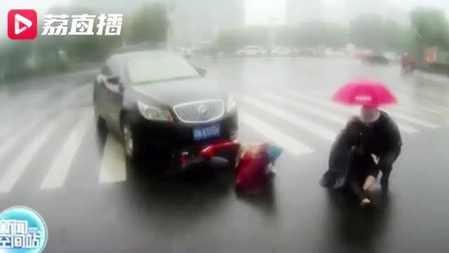 宿迁雨中发生事故,交警小哥怀抱伤者撑伞遮雨