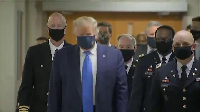 白宫记者讽刺特朗普首次在公开场合戴口罩