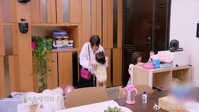 波妞太会撒娇了,一见贾静雯回家,立马爬到门口要妈妈抱!