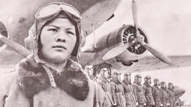 """""""腾云驾雾的姐姐""""中国第一批女飞行员飞过天安门!"""