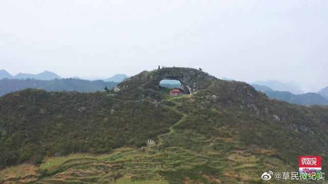 贵州大山顶上的穿洞,高30余米,传说是仙人张三丰一拳击穿的