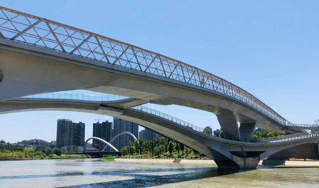 成都又一座网红天桥,设计理念突出,一到晚上满桥都是美女帅哥
