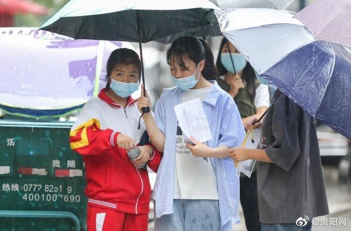贵阳4万余名学子今日中考,考生冒雨赶赴考场中考加油