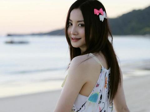 51岁陶红心里藏着1个少女,穿挂脖连衣裙在海边度假,以为她28岁