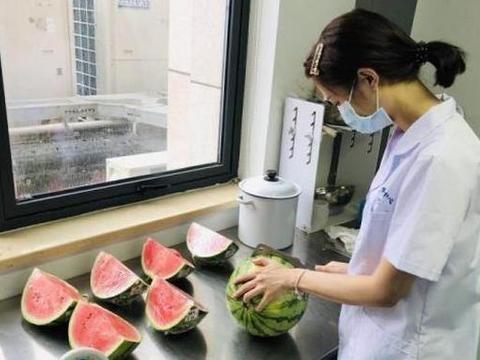 西瓜吃不完,能不能隔夜放冰箱?有研究员做了个试验……