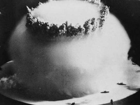 二战后严重核事件,美军67枚核弹投向小岛,大批原住民患辐射病