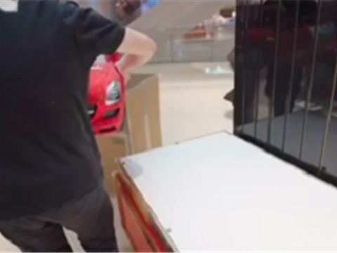 """镶嵌施华洛世奇水晶的奔驰""""玩具车"""",价值29万,外观还酷似SLS"""