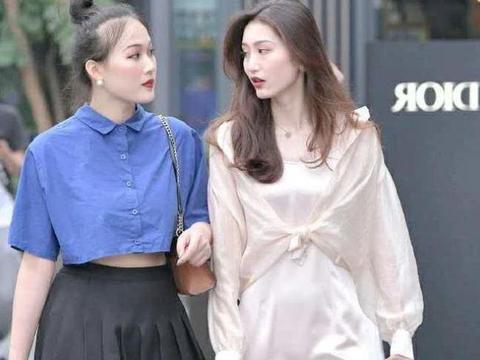 街拍:身穿丝绸质地的连衣裙,高颜值闺蜜出行,美哉!美哉