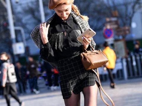 街拍:小姐姐黑色袜搭配格子裙,美得跟名媛一样