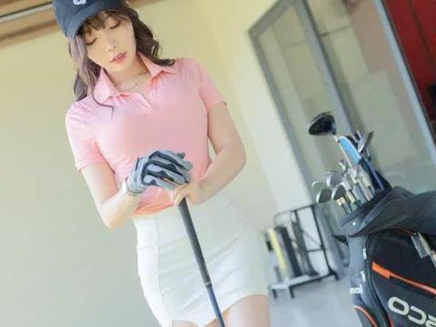 街拍:身穿粉色上衣搭白色包臀裙,老板叫我陪他打高尔夫球