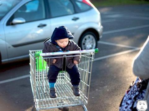 """超市购物车并非""""儿童车"""",头重脚轻容易侧翻,孩子隐形杀手"""