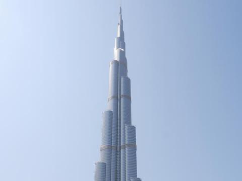 世界第一高塔竟在沙漠中,赠送华为手机广告,1分钟高达200万美元