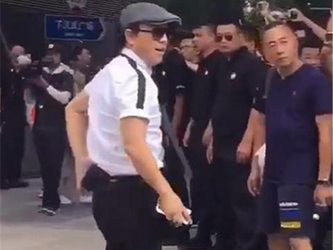 黄渤开日产GTR参加综艺,车价7位数,挂纯数字车牌,牌就值5位数