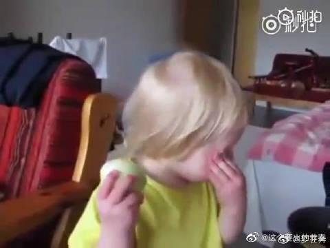 """""""妈妈,我可以吃这个苹果吗""""? """"不行,那是洋葱。"""" 是苹果!"""
