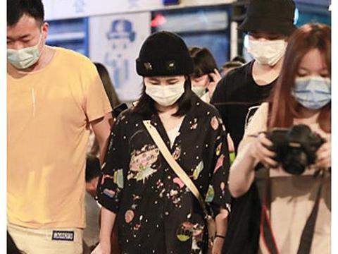 张子枫高考后首次亮相,穿黑色印花衬衫戴针织帽,和粉丝温柔交流