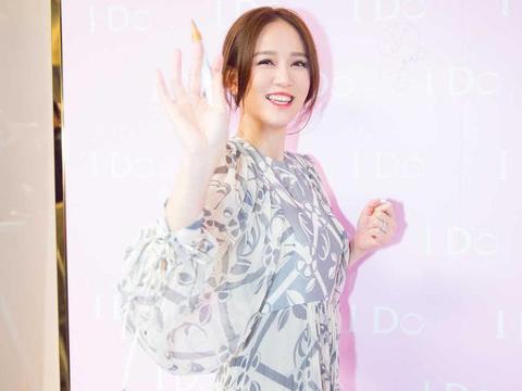 陈乔恩虽过了40岁但状态更少女,穿印花连衣裙亮相,气质又美又仙