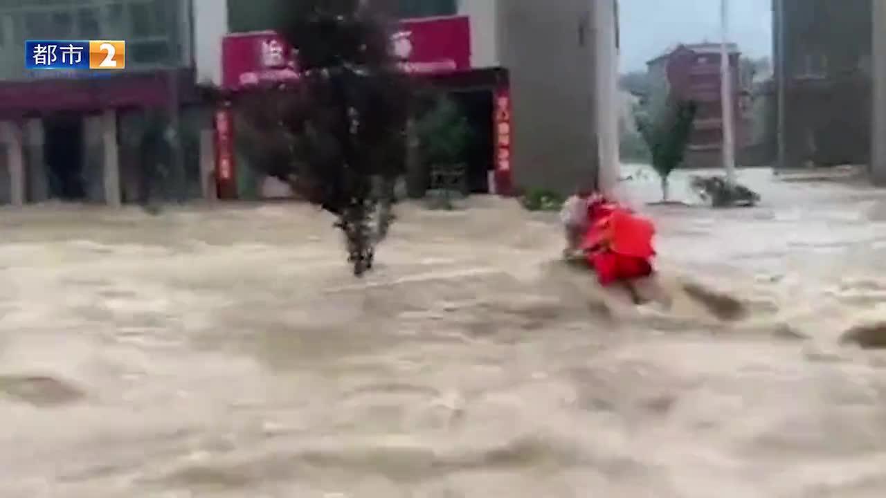惊险瞬间!消防员激流中成功救出一名被困电线杆上群众!