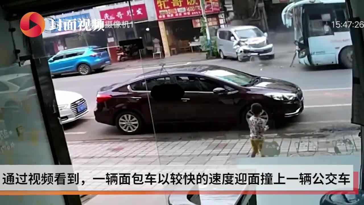 四川雅安面包车与公交车迎面相撞 致3人受轻伤