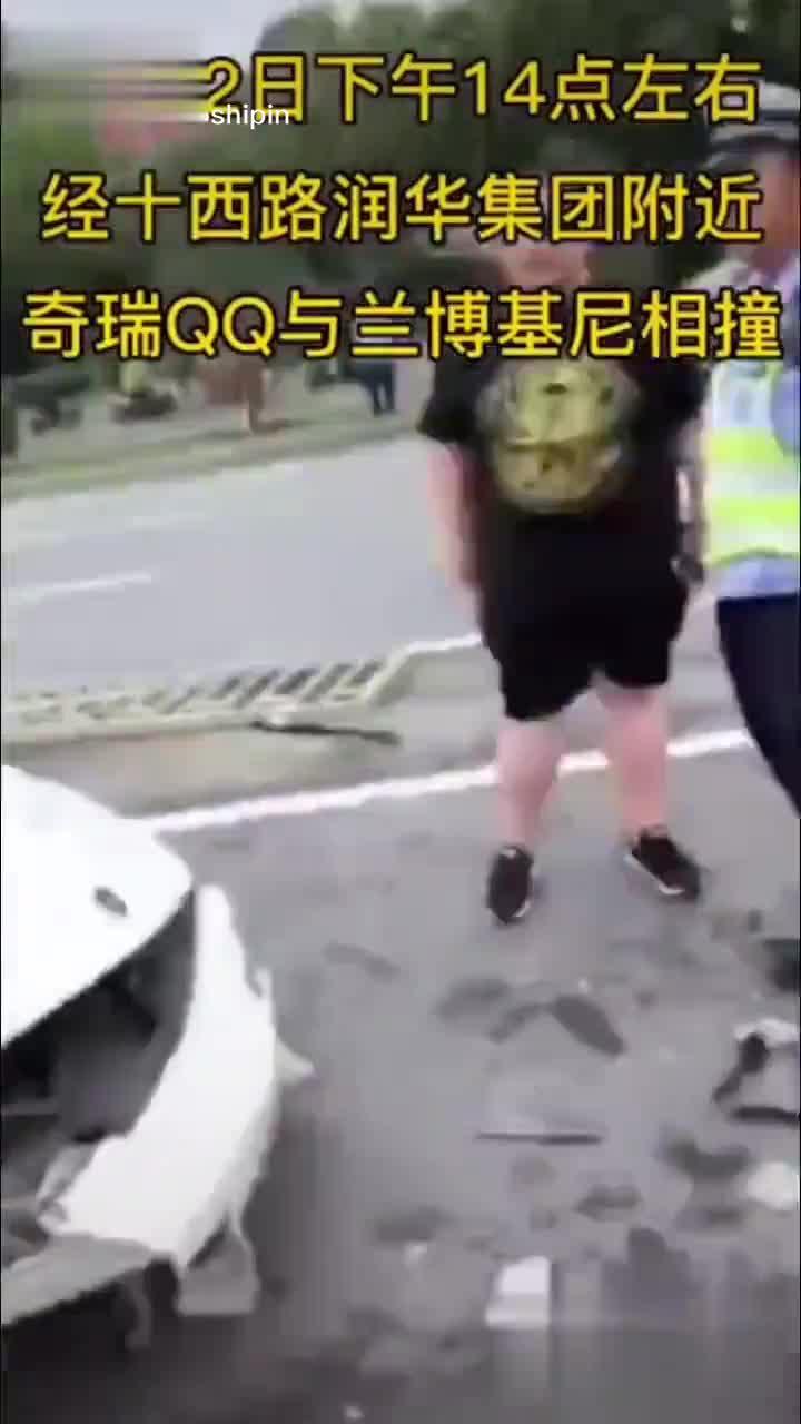 视频:济南一奇瑞 QQ于兰博基尼相撞!兰博基尼:不应该都让着我走么?