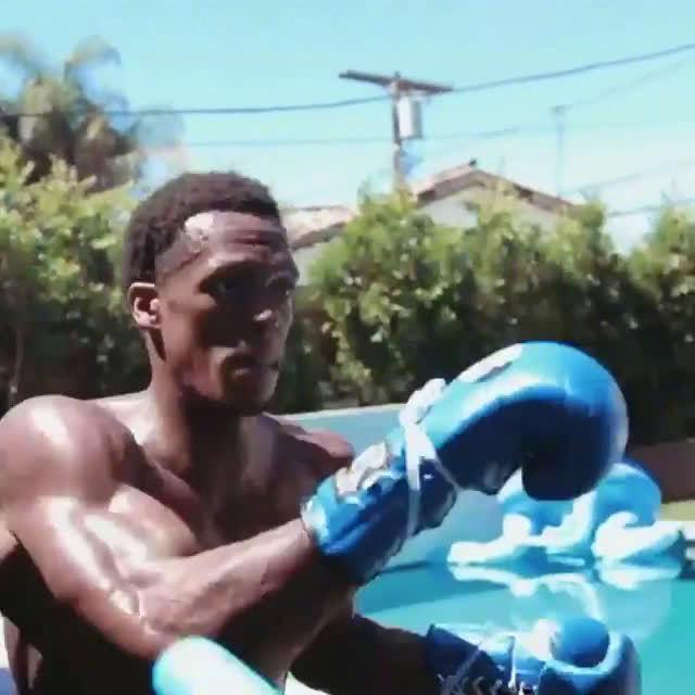 隆多晒出一段自己接受拳击训练的视频……