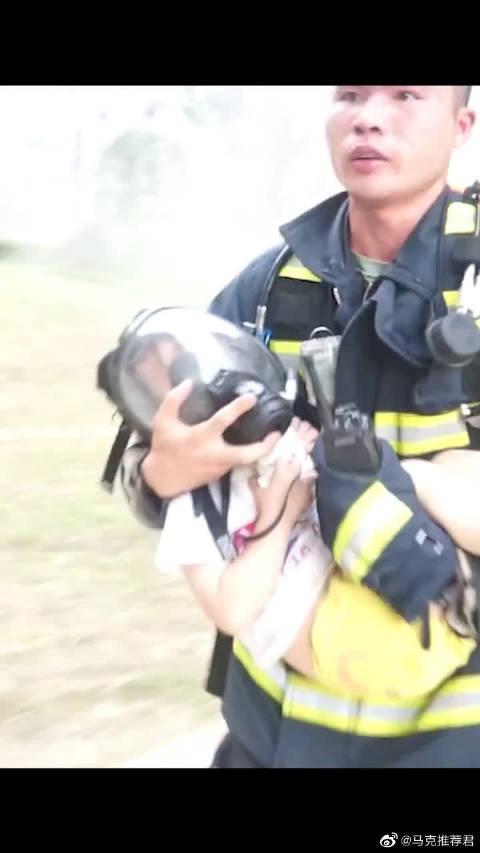 浓烟中,消防员让出氧气面罩,抱着孩子从17层一路狂奔