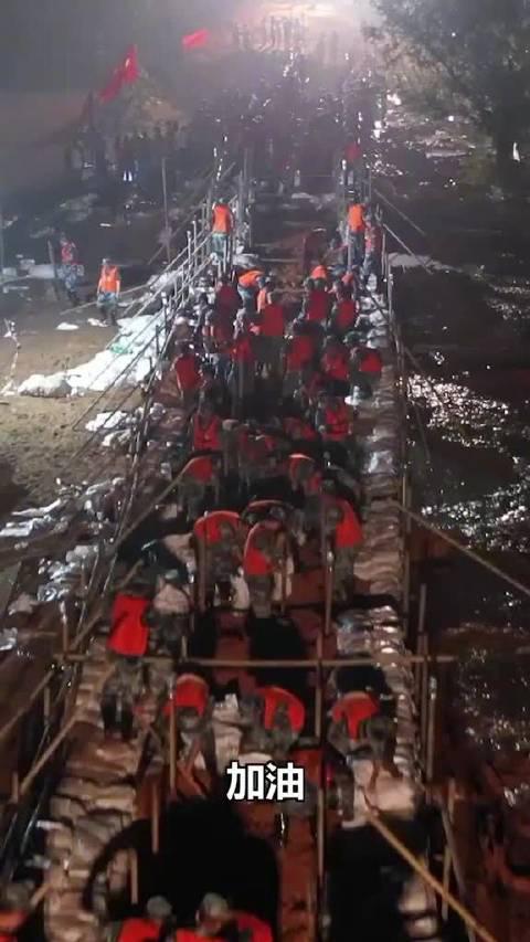 天降神兵!上千名空降兵封堵200米河堤决口