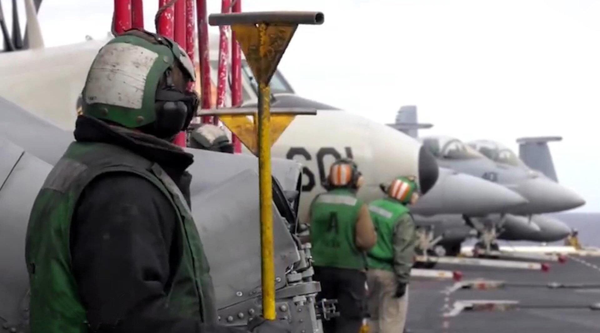 美军F-18大黄蜂战机,在杜鲁门号航空母舰上,进行昼夜起降演练!