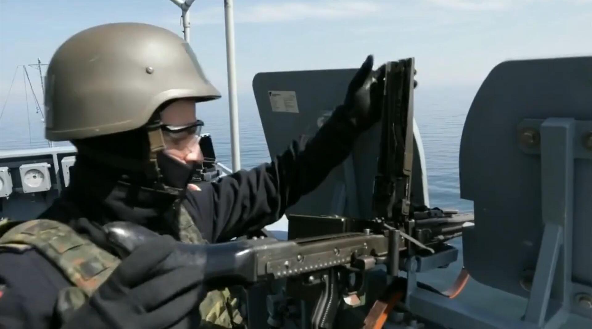 德国海军MLG-27多功能舰炮,与MG3、M2机枪海上射击训练!