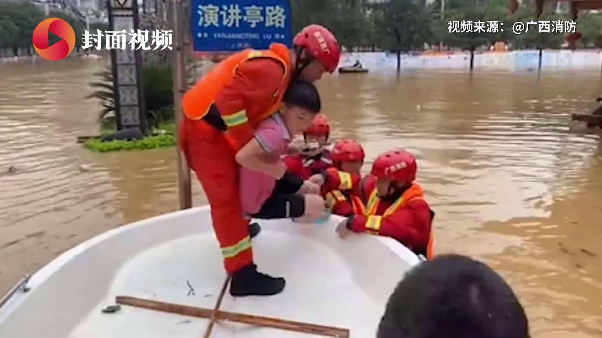 消防员洪水中宠溺式救娃 网友:灾难中天使和宝贝都格外美丽
