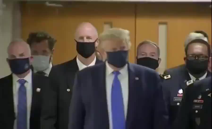 特朗普戴上了口罩,去一家医院视察