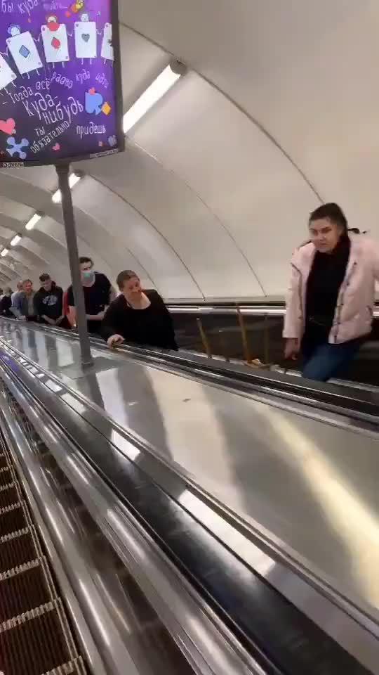 当扶梯上的路人都加上了微笑滤镜...