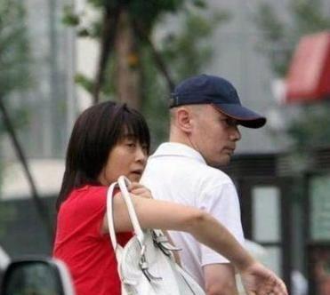 """葛优说妻子是个""""醋坛子"""",婚后膝下无子,为何还被独宠33年?"""