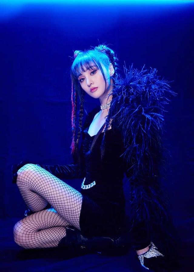 郑爽参加节目,一身蓝色古装裙,仿佛回到了《古剑奇谭》,漂亮
