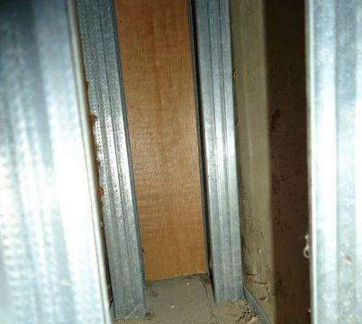 男子总觉家内墙壁有恶臭味,请人拆开后看见了恶心的东西!