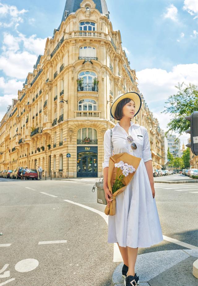她演五阿哥亲娘才出名,今穿阔腿皮裤披印花丝巾,气质知性优雅