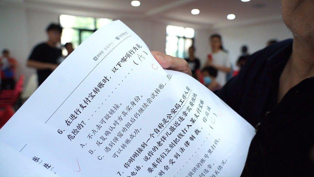 """郑州一社区组织防骗""""高考"""",60岁还要刷""""五三""""真题"""