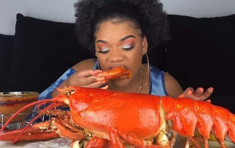 中国游客非洲买4只大龙虾,给了500想离开,被非洲老板叫住