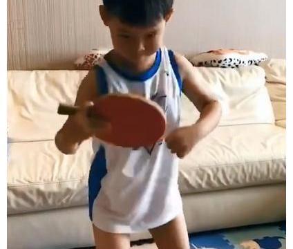奥运冠军王皓放假回家,教儿子练习乒乓球,娇妻抱怨半年才一次