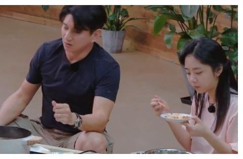 吃火锅谭松韵张新成夹肉吃,谁留意郑爽的碗?佩服她的自律